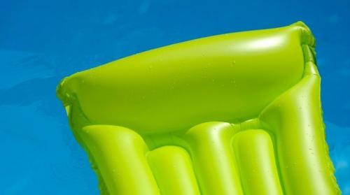 Как заклеить матрас интекс с бархатной стороны. Чем и как можно заклеить надувной матрас в домашних условиях?