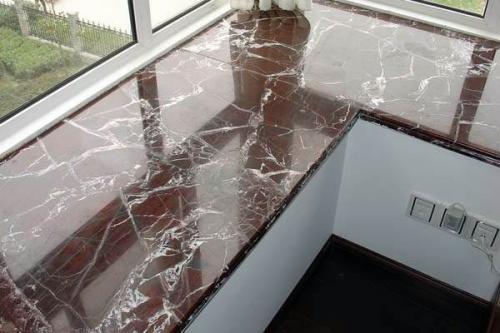 Столешница на подоконник в комнате с балконом и окном. Материалы для изготовления