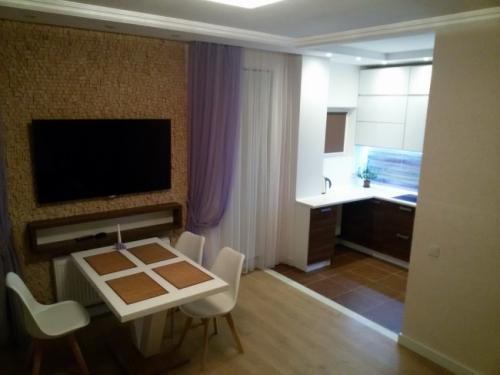 Кухня гостиная 40 метров в частном доме. Дизайн современной кухни-гостиной 40 кв м с фасадами из стекла и пеналами с техникой