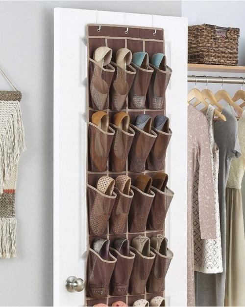 Как компактно хранить обувь в шкафу. В текстильных мешках на открытых полках