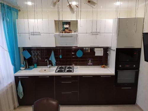 Шторы для черно белой кухни. Кухонный гарнитур в дизайне черно белой кухни