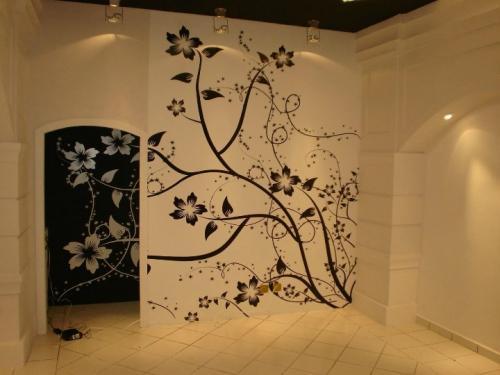 Рисунок на стене в комнате. Художественная настенная роспись «от руки»