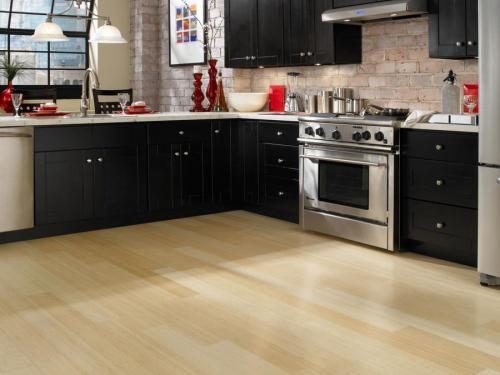 Светлый ламинат на кухне. Ламинат на кухню: особенности выбора напольного покрытия