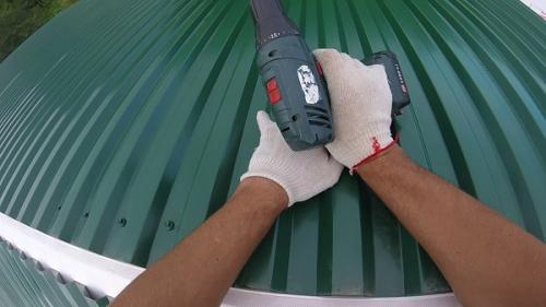 Как покрыть крышу профнастилом одному. Как покрыть крышу профнастилом в одиночку