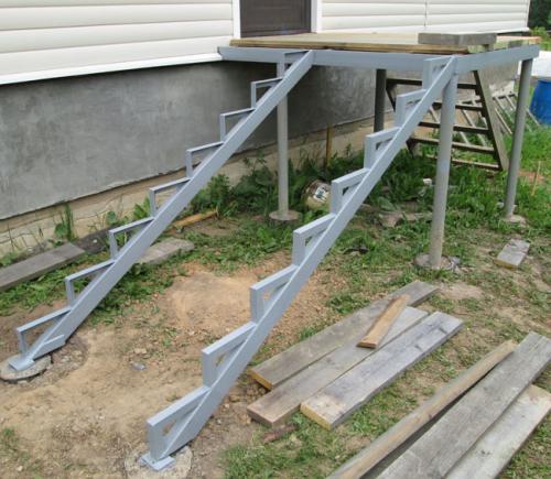 Сделать крыльцо своими руками из металла. Как сделать лестницу на крыльцо своими руками?